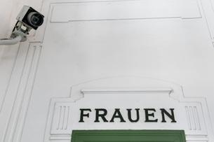 Austria, Vienna, CCTV camera at ladies' room in subway statiの写真素材 [FYI04338341]