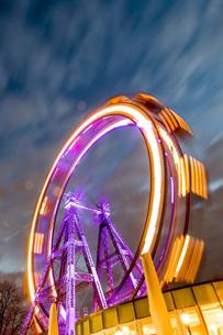 Austria, Vienna, ferris wheel on Prater at blue hourの写真素材 [FYI04338343]