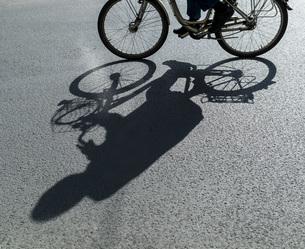 Shadow of a cyclistの写真素材 [FYI04338366]