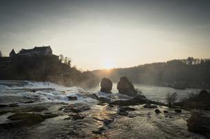 Switzeland, Schaffhausen, Rhine falls with Laufen Castleの写真素材 [FYI04338420]