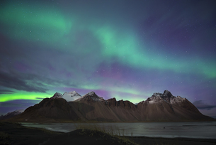 Iceland, Hoefn, Northern lights over Vesturhorn Mountainsの写真素材 [FYI04338471]