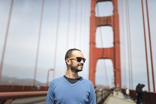 USA, San Francisco, tourist on Golden Gate Bridgeの写真素材 [FYI04338481]