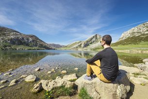 Spain, Asturias, Picos de Europa National Park, man sittingの写真素材 [FYI04338522]