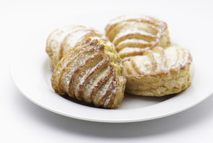 Baked pastry in plate on white backgroundの写真素材 [FYI04338540]