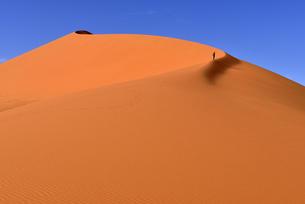 Algeria, Sahara, Tassili N'Ajjer National Park, Tadrart, womの写真素材 [FYI04338554]