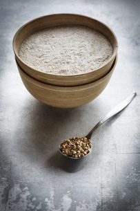 Bowl of buckwheat flour and a spoon of buckwheat grainsの写真素材 [FYI04338568]