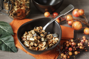 Crispy granola with oats, pumpkin seed and almond sliversの写真素材 [FYI04338571]