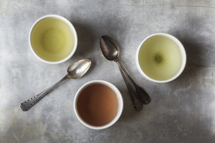 Three tea bowls of Sencha, Hojicha, Genmaicha and three teaの写真素材 [FYI04338572]