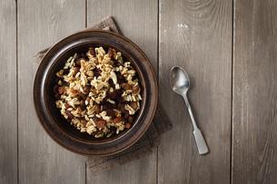 Plate of homemade granolaの写真素材 [FYI04338581]
