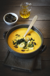 Bowl of creamed pumpkin soup with fried Chinese cabbage andの写真素材 [FYI04338584]