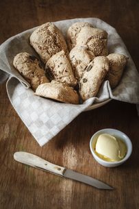 Bread basket of different home-baked whole meal spelt rollsの写真素材 [FYI04338586]