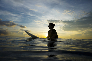 Indonesia, Bali, Canggu, silhouette of young woman with surfの写真素材 [FYI04338605]