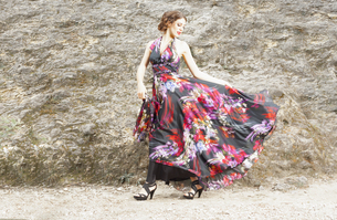 Young woman wearing silk dress with floral designの写真素材 [FYI04338625]