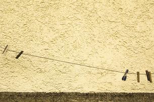 Clothesline in front of facadeの写真素材 [FYI04338652]