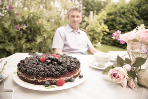 Chocolate berry cake on a garden tableの写真素材 [FYI04338678]
