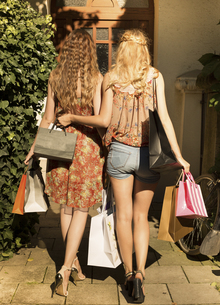 Two female friends with shopping bags, back viewの写真素材 [FYI04338680]