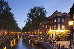 Netherlands, Amsterdam, Restaurant at canal in the eveningの写真素材 [FYI04338692]