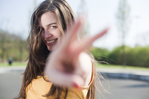 Portrait of happy young woman outdoorsの写真素材 [FYI04338775]