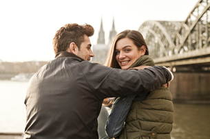 Germany, Cologne, happy young couple on city tourの写真素材 [FYI04338811]