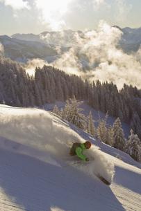 Austria, Tyrol, Kitzbuhel, Mid adult man skiingの写真素材 [FYI04338835]