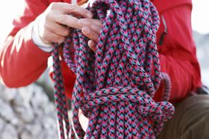 Man holding climbing ropeの写真素材 [FYI04338868]