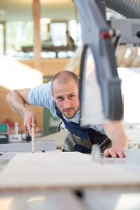 Craftsman working at circular sawの写真素材 [FYI04338929]