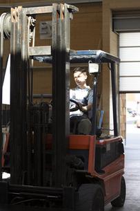 Warehouseman on forklift truckの写真素材 [FYI04338937]