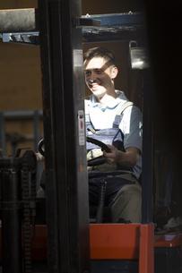 Warehouseman on forklift truckの写真素材 [FYI04338940]
