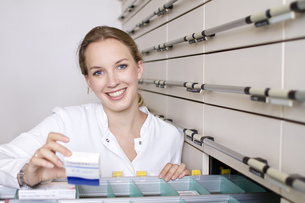 Germany, Brandenburg, Pharmacist smiling, portraitの写真素材 [FYI04338945]