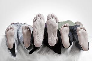 Close up of barefoot of children and grandmaの写真素材 [FYI04338950]