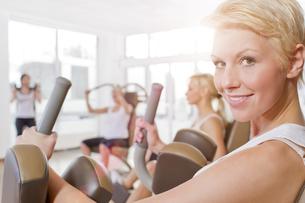 Germany, Brandenburg, Women exercising in gym, smilingの写真素材 [FYI04338955]