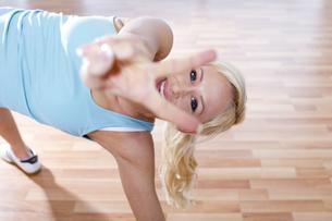 Germany, Brandenburg, Woman relaxing at gym, smilingの写真素材 [FYI04338959]