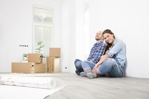 Young couple enjoying new homeの写真素材 [FYI04338982]