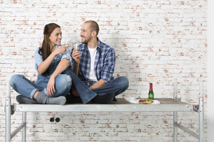 Young couple moving into new home, toasting with champagne gの写真素材 [FYI04338986]