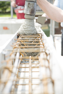 Construction of a residential house, casting of the ring beaの写真素材 [FYI04338988]