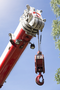Hook of a crane under blue skyの写真素材 [FYI04338990]