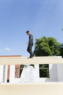 Construction of a residential house, man walking on wooden bの写真素材 [FYI04339003]