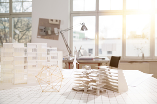Desktop with architectural model in architecture officeの写真素材 [FYI04339008]