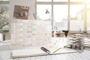 Desktop with architectural model in architecture officeの写真素材 [FYI04339009]