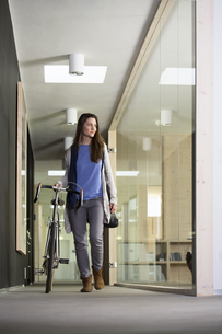Business woman arriving at office with racing cycleの写真素材 [FYI04339038]