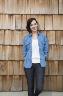 Portrait of young creative business woman in front of wood sの写真素材 [FYI04339041]