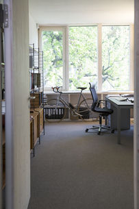 Racing cycle standing at workplace of modern officeの写真素材 [FYI04339042]