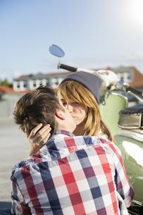 Teenage couple kissing outdoorsの写真素材 [FYI04339055]