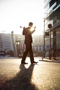 Germany, Berlin, Businessman cross golfingの写真素材 [FYI04339056]