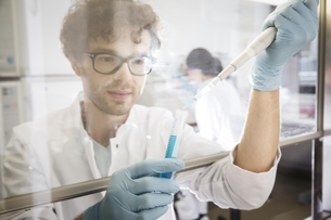 Scientist working in laboratory, test tube and pipetteの写真素材 [FYI04339105]