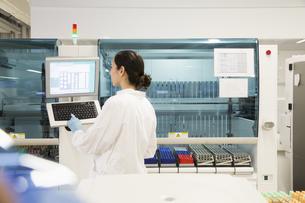 Scientist working in laboratoryの写真素材 [FYI04339109]