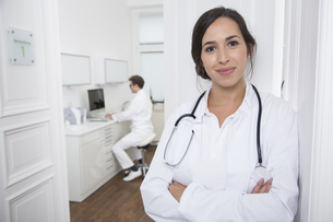 Portrait of smiling doctor at medical practiceの写真素材 [FYI04339211]