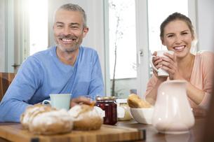 Couple having breakfast at homeの写真素材 [FYI04339232]