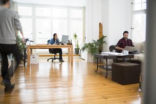 Three creative business people working in informal officeの写真素材 [FYI04339248]