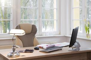 Desktop at the window in officeの写真素材 [FYI04339249]